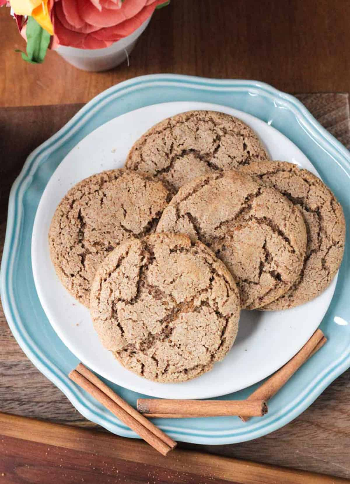 5 round cinnamon sugar cookies on a blue and white plate.