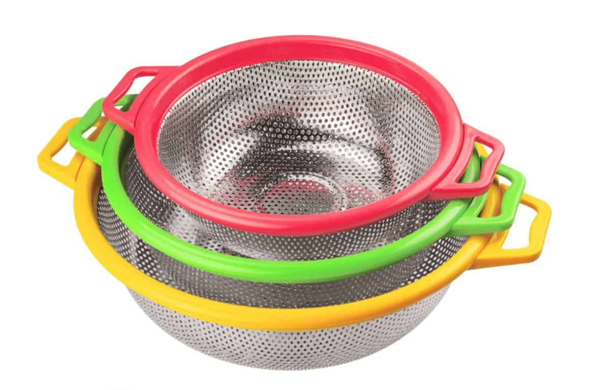 Set of 3 colanders in a variety of sizes.